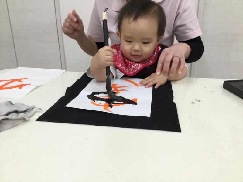 本日は筆を使って書道です《大阪市西区新町にある保育園》