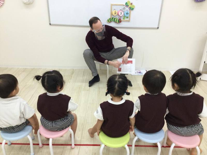 火曜日のカリキュラムは【英語】です。《大阪市西区、新町にある幼児教室一体型保育園》