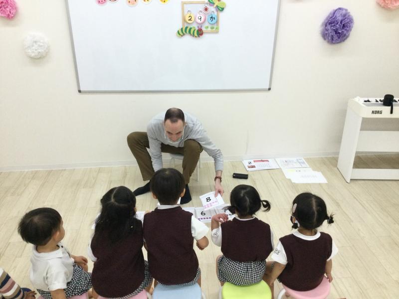 火曜日のカリキュラムは英語です。《大阪市西区、新町にある幼児教育一体型保育園HUGアカデミー》