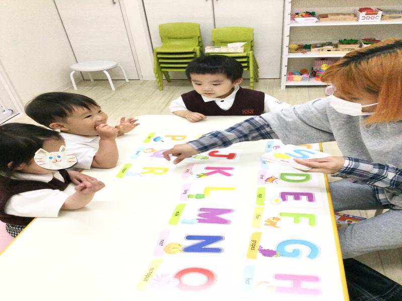 水曜日のカリキュラムは英語です!《大阪市西区、新町にある幼児教室一体型保育園》